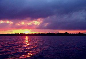 Słońce zachodzi. Pora spłynąć do brzegu.