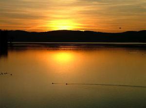 Zimowy zachód słońca nad jeziorem Möhne