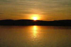 Zimowy zachód słońca nad jeziorem Möhne dwa